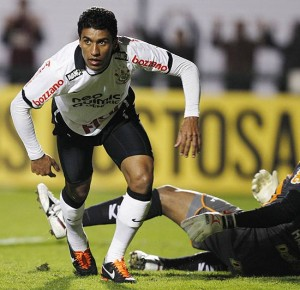 Paulinho levanta para comemorar gol do Corinthians contra o América-MG (Fabio Braga/Folhapress )