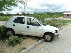 Veículo abandona no local (Foto: http://marciomartins2011.blogspot.com/)