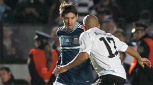 Messi, que teve bom primeiro tempo, tenta passar pelo volante Arévalo Ríos  (Foto: AP)